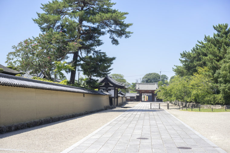 法隆寺中門前左
