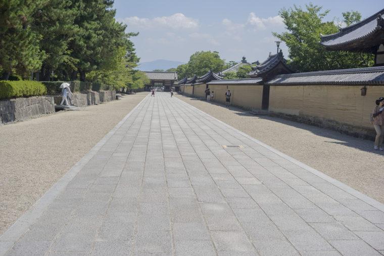 法隆寺中門前右