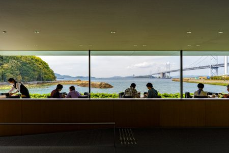 東山魁夷せとうち美術館カフェから見える瀬戸大橋