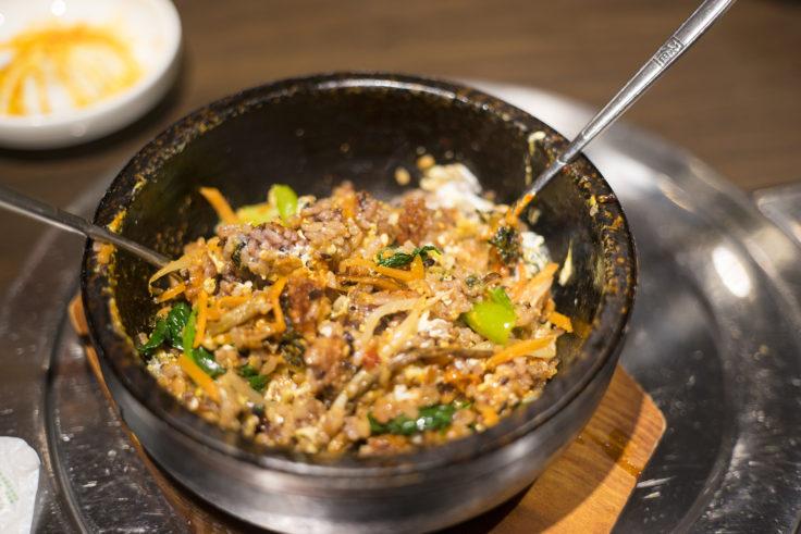 韓国料理双六の五穀米ビビンバ混ぜ合わせ