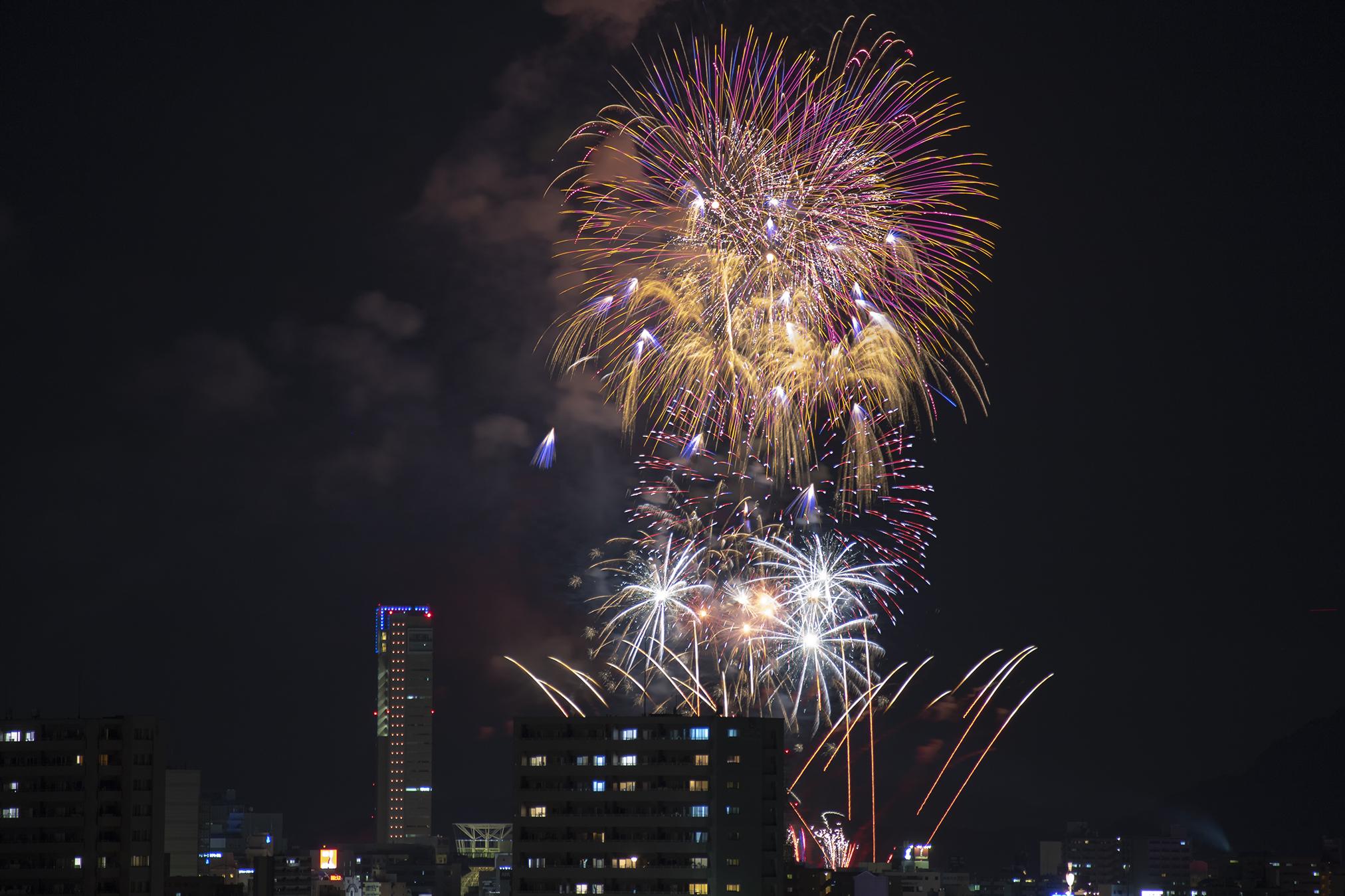 第53回さぬき高松まつり花火大会「どんどん高松」をベランダから撮影