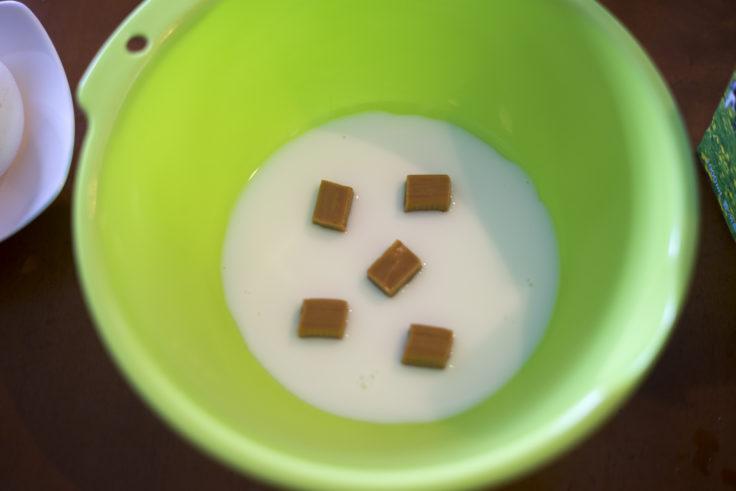 ボールに牛乳とキャラメルを入れる