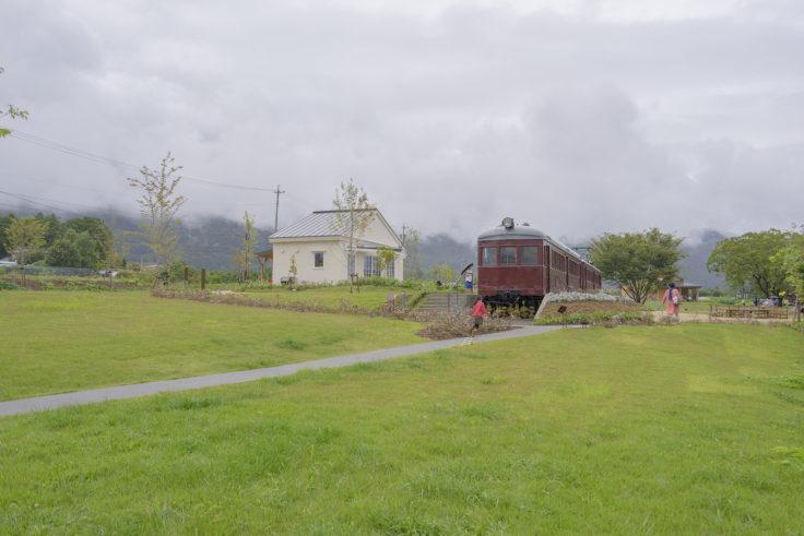 安曇野ちひろ公園トモエの講堂と電車の図書館