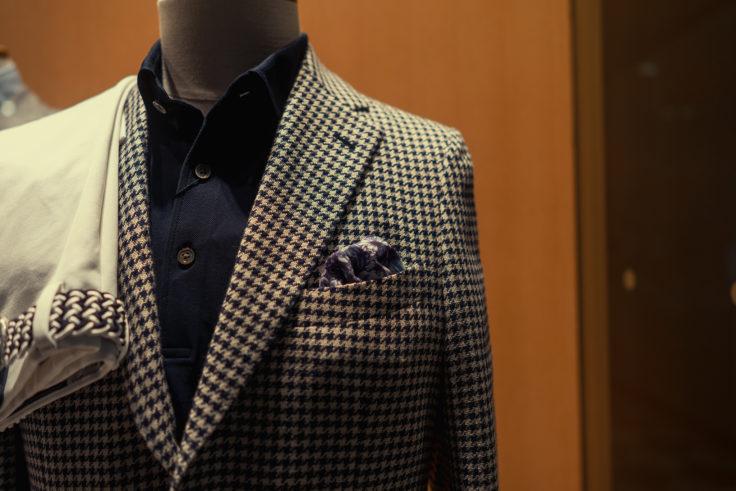 スーツと胸のスカーフ
