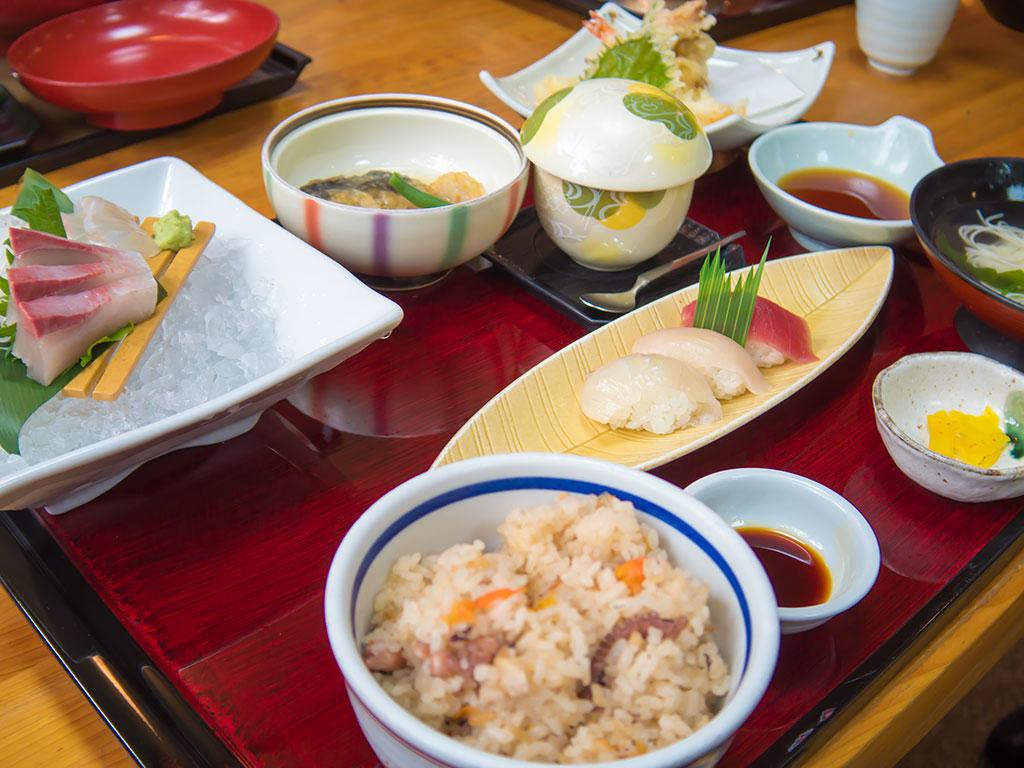 丸亀市にある活魚料理「一徳」の「日替わりサービス定食」はコスパ最高!