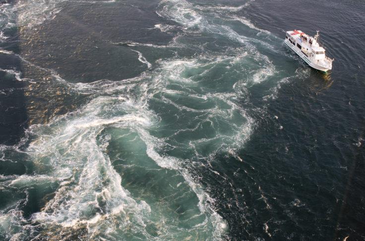 鳴門の渦潮と遊覧船