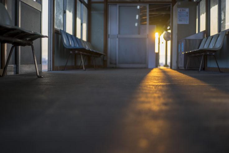 駅待合室の朝焼け