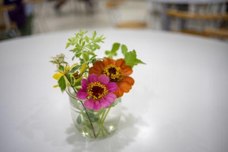 たこせんべいの里のテーブルの花