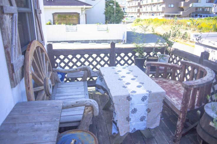カフェローズマリーズ外のテーブル