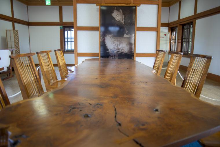 栗林公園にあるジョージナカシマのテーブル