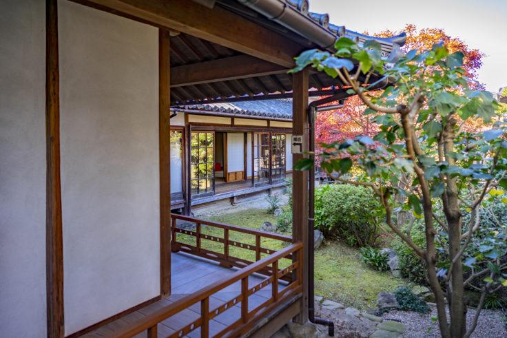 讃州井筒屋敷母屋の廊下と庭園