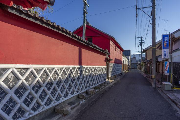 かめびし屋赤い壁