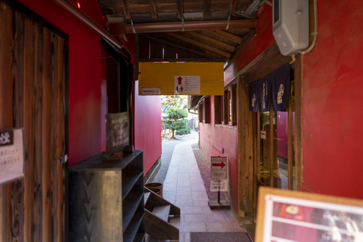 かめびし屋赤い壁4