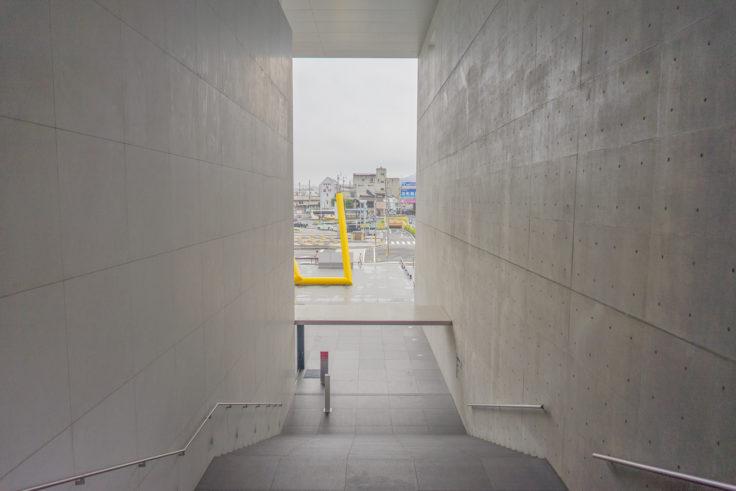 猪熊弦一郎現代美術館階段を上って振り返る