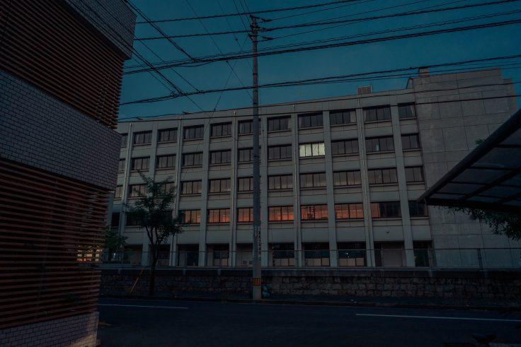 校舎に写る夕焼け