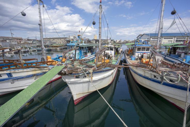 高松市中央卸売市場の船と高松シンボルタワー