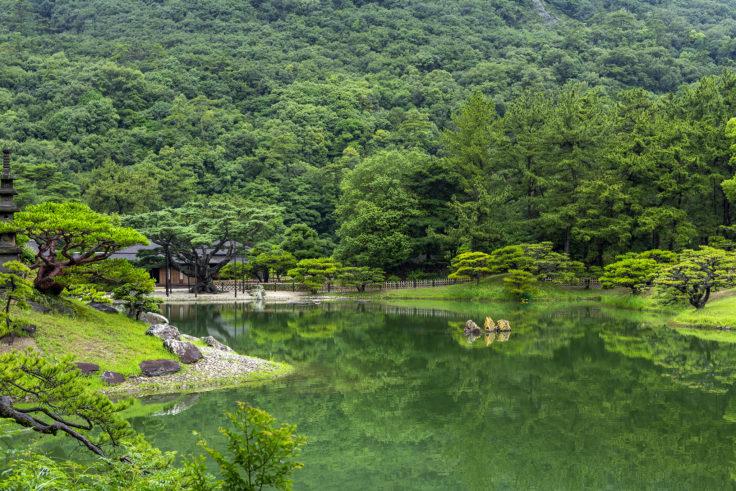 栗林公園の南湖と仙磯(せんぎ)