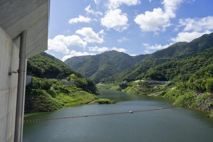 椛川ダムの上から樺川湖