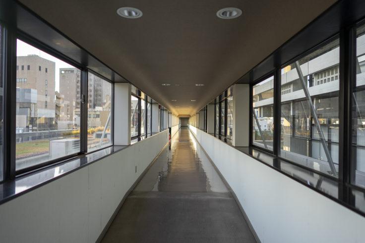 香川県庁舎東館議会棟までの廊下