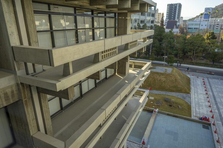香川県庁舎東館のベランダ