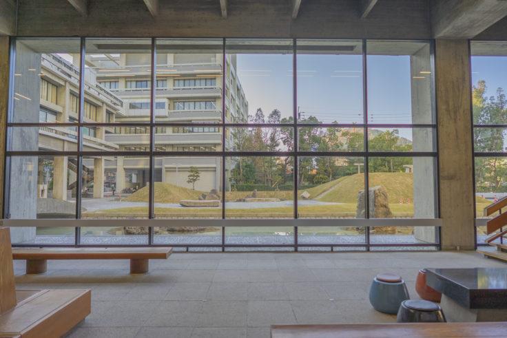 香川県庁舎東館ロビーから見た南庭