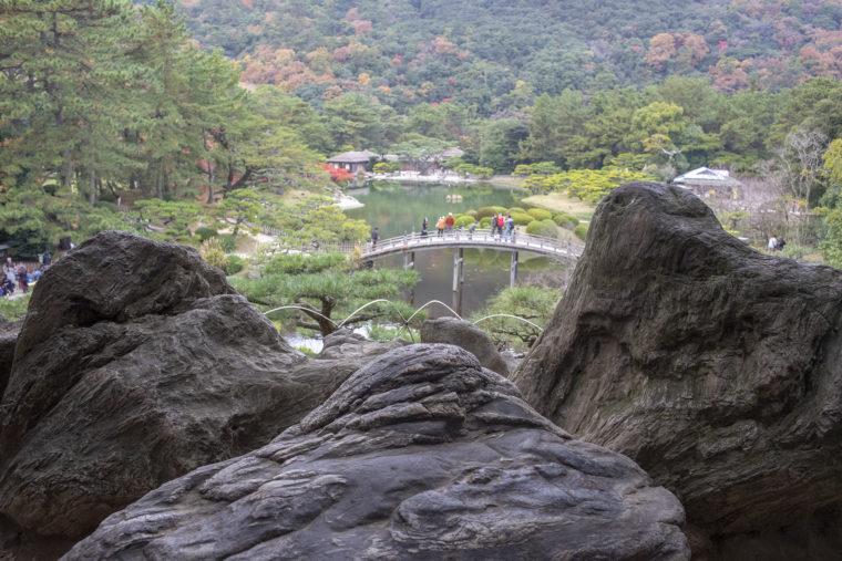 飛来峰にある珪化木