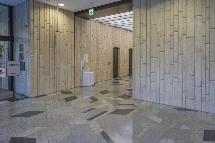 百十四銀行本店流政之氏モザイク石床「さぬき波ばやし」と「石壁」
