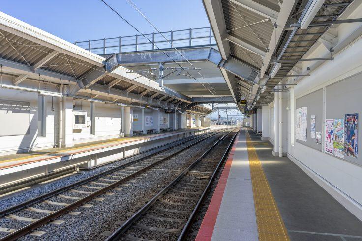 伏石駅のプラットホーム