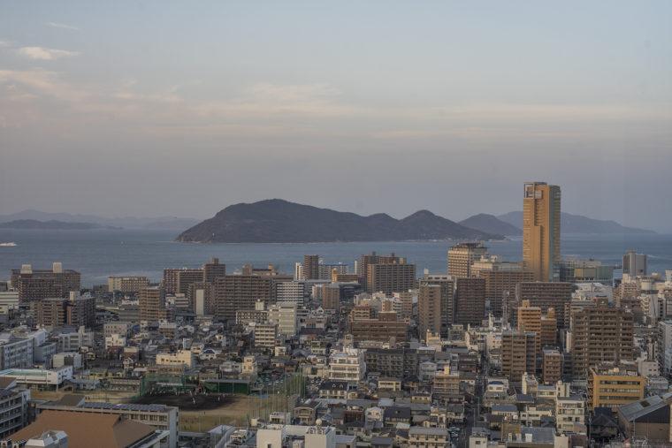 香川県庁21階展望室からの高松シンボルタワー