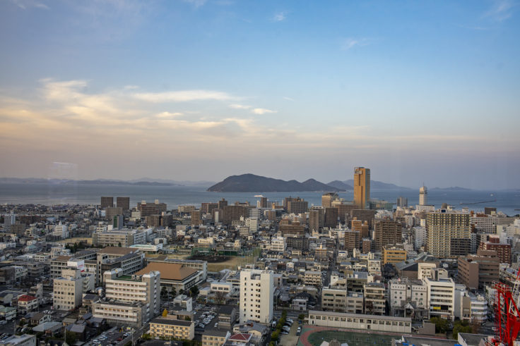 香川県庁21階展望室からの高松シンボルタワー3