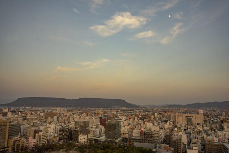 香川県庁21階東側屋島と月