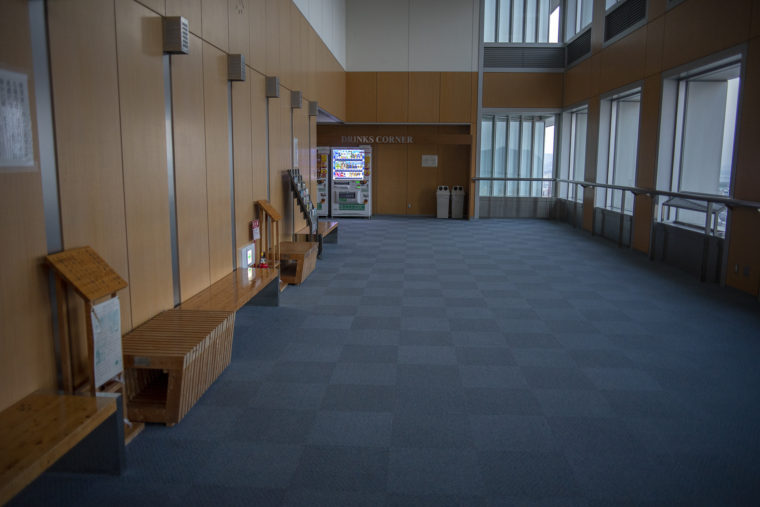 香川県庁21階の木のベンチ