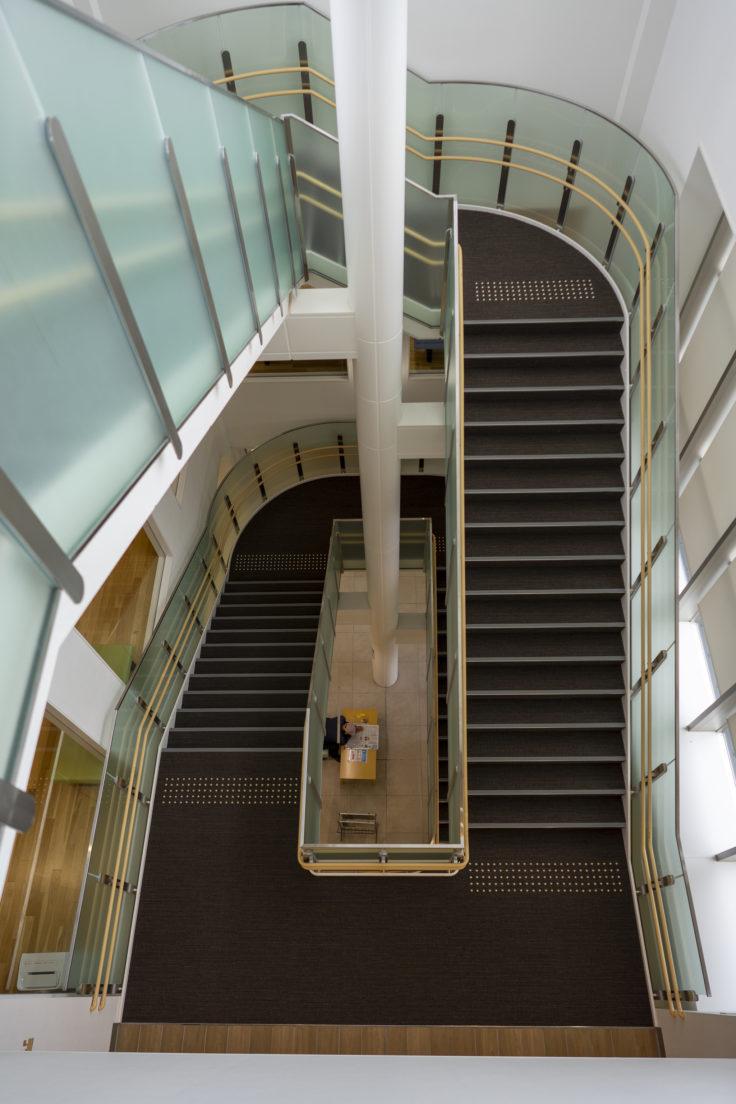 東かがわ市立図書館階段2