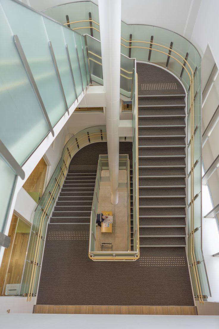 東かがわ市立図書館の階段