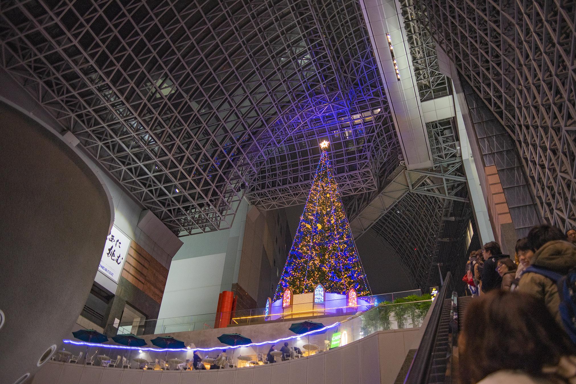 京都駅のクリスマスイルミネーションはカップルの恋をドラマティックに演出していたよ