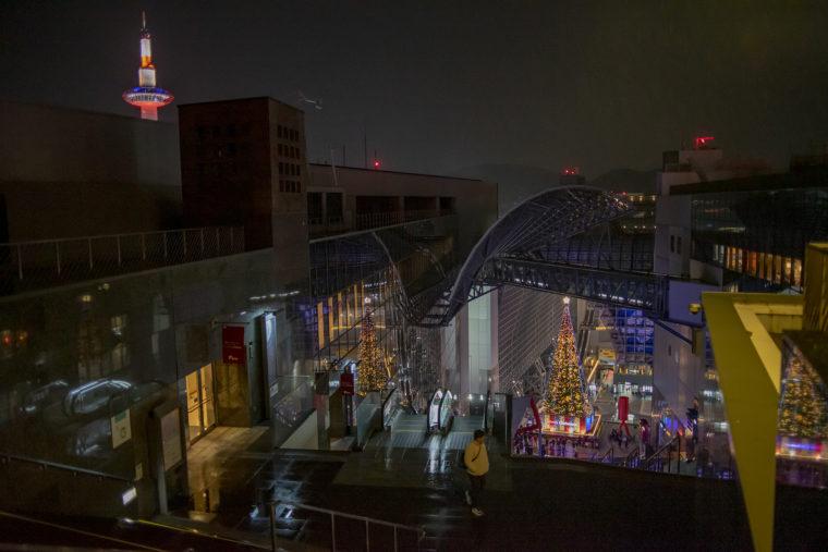 京都駅のクリスマスツリーと京都タワー