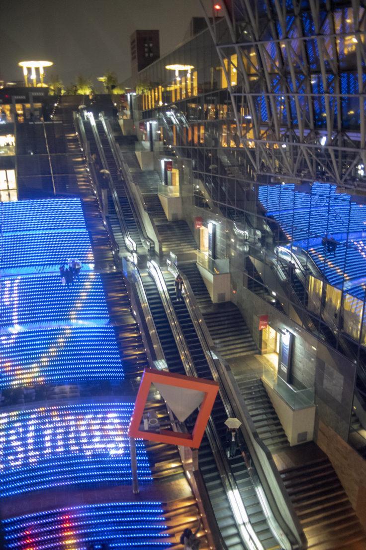 京都駅の光る階段とエスカレーター