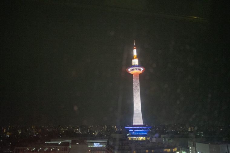 雨の京都タワー
