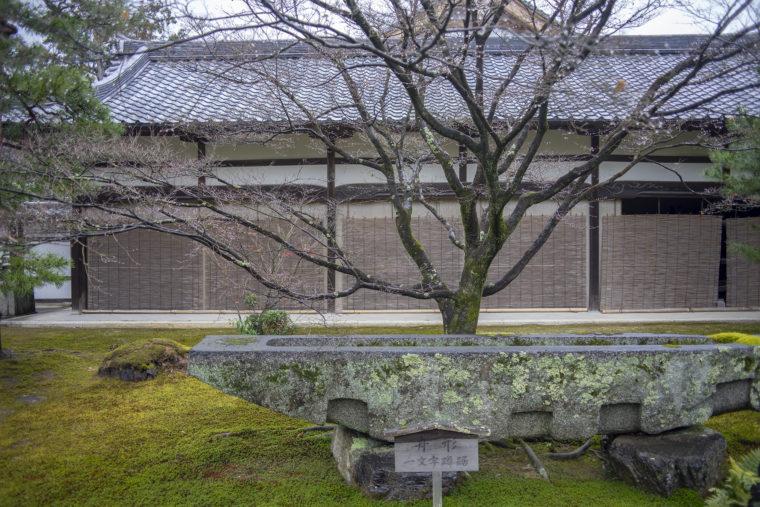 金閣寺蹲居