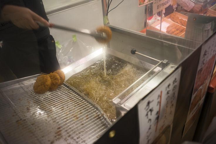 米沢牛コロッケ揚げているところ