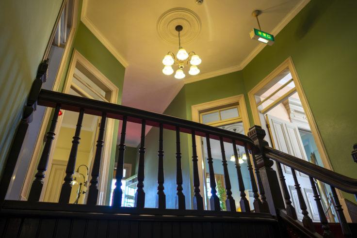 神戸異人館街萌黄の館階段から見上げる