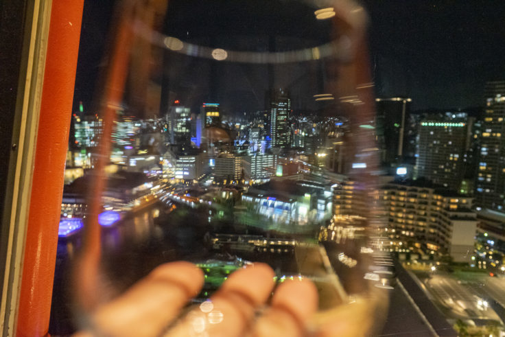神戸ポートタワーからのグラスをかざした夜景