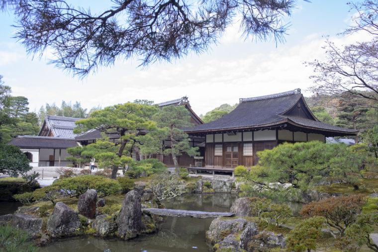 慈照寺錦鏡池と東救堂、方丈