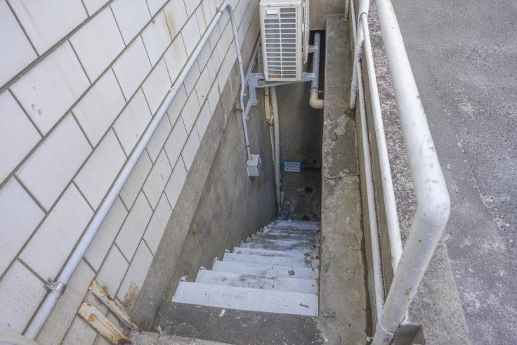 日本真珠会館の地下階段