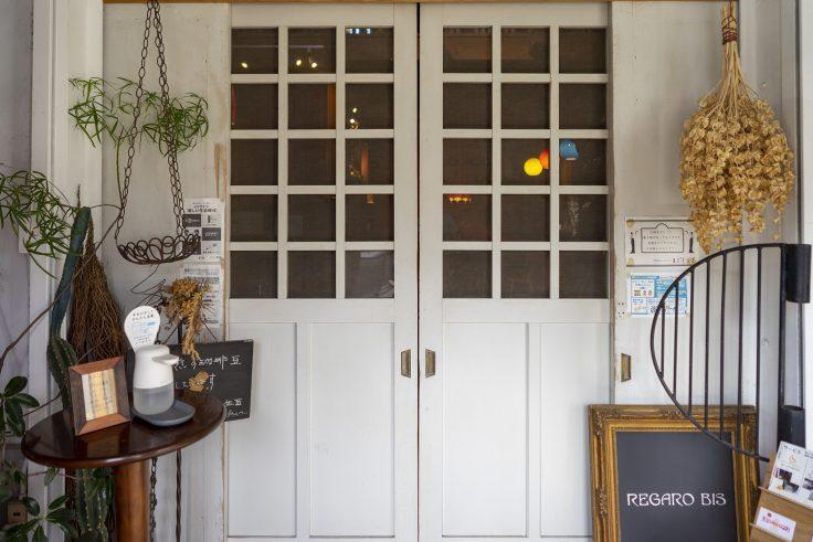 喫茶室レガロビズのドア