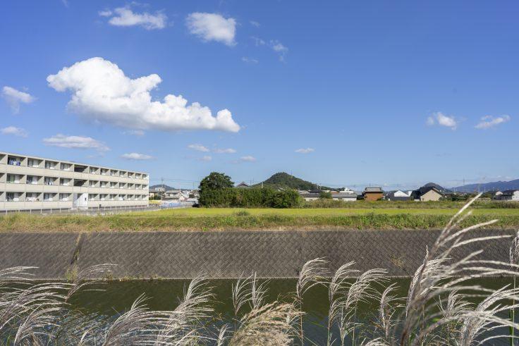 小村町吉田川と芳尾山