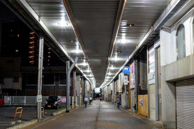 坂出市アーケード商店街の夜