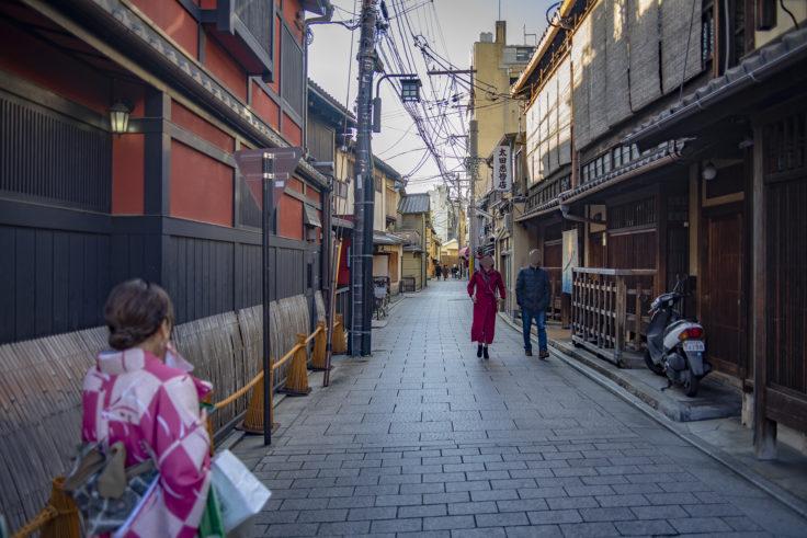 祇園花見小路着物を着て歩く人