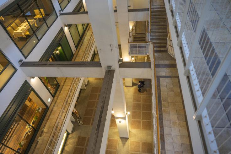 シップ神戸海岸ビル4階から1階を見下ろす