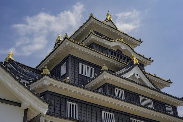 岡山城を見上げる
